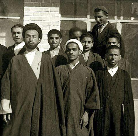 عکس یادگاری حسن روحانی با آیتالله بهشتی در ١٣سالگی