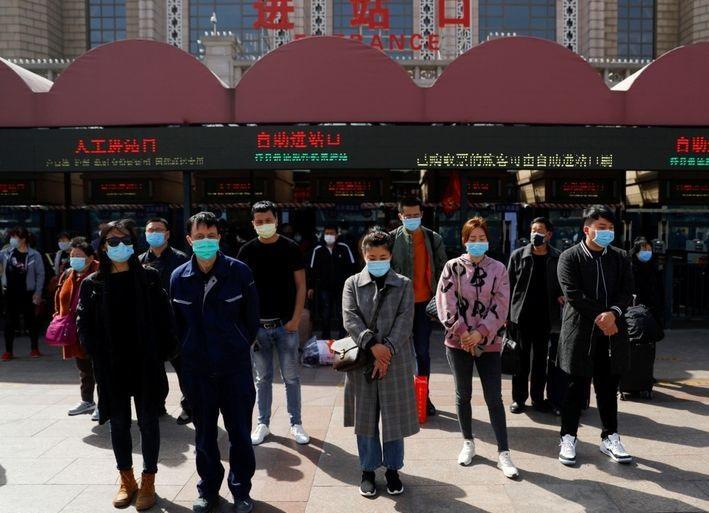 Trung Quốc thương tiếc cho nạn nhân coronavirus (COVID-19) trong lễ hội quét mộ Qingming. (Ảnh qua Reuters)