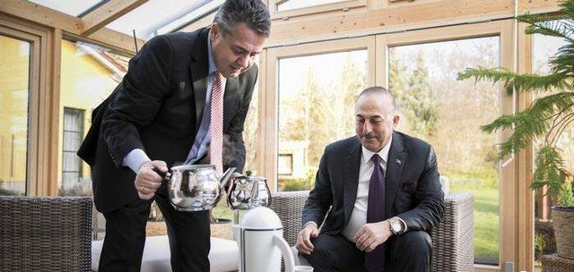 نتیجه تصویری برای چای ریختنِ وزیر خارجه آلمان برای چاووش اوغلو +عکس