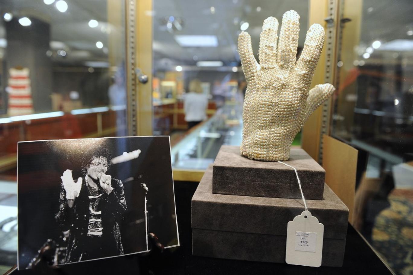 دستکش کریستال مایکل جکسون