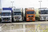 سرگردانی کامیونها در مرز آستارا +عکس