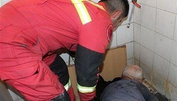 گرفتار شدن ارباب رجوع در سرویس بهداشتی یک اداره +عکس