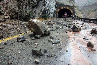 ریزش سنگ از کوه بر روی یک خودرو
