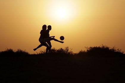 بازی فوتبال در نقاط مختلف سراسر جهان +تصاویر