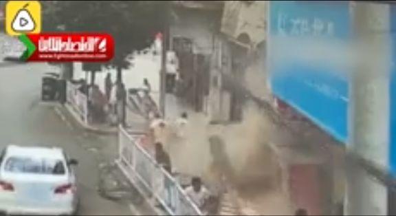 پرت شدن تابلوی مغازه روی سر عابران پیاده +فیلم