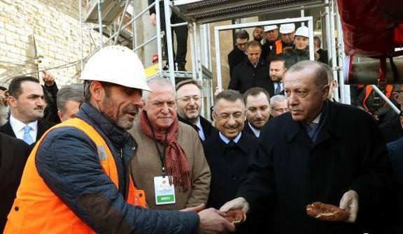 تصاویری از توزیع نان سنتی بین کارگران توسط اردوغان