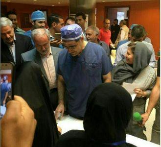وزیر بهداشت با لباس جراحی پای صندوق رای +عکس
