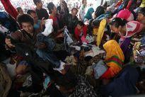 زلزلهزدگان اندونزی در حال جدا کردن لباس +عکس