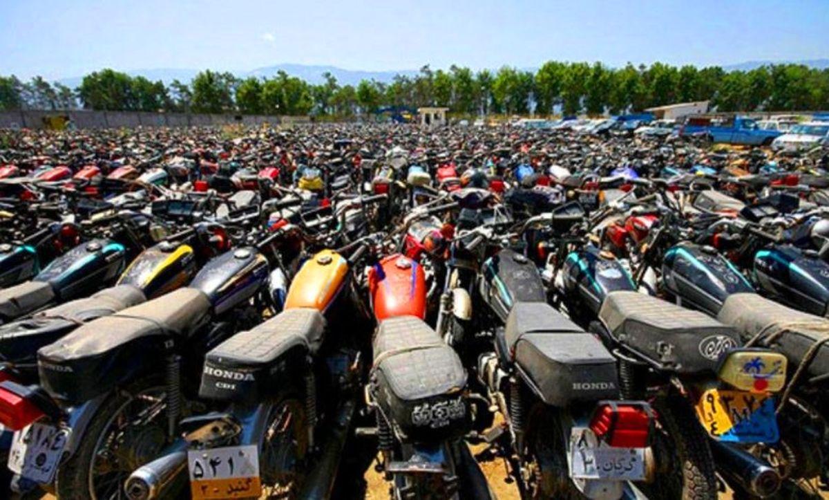 کشف ۱۶۵۰۰دلار از زیر زین یک موتورسیکلت!