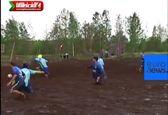 بازی فوتبال در گل و لای شدید +فیلم