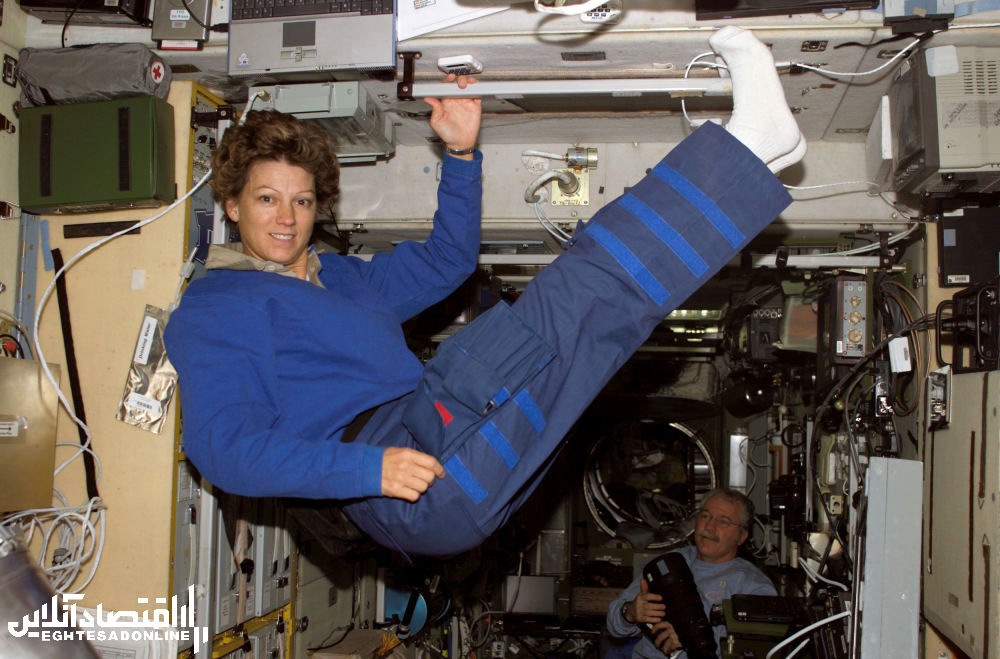 ستاره شناس آمریکایی آیلین ماری کولینز در ماکت زویزدا در ایستگاه بین المللی فضایی