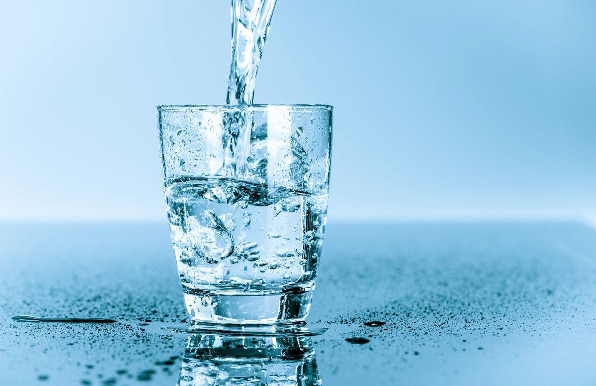 در طول روز چه میزان آب باید بنوشیم؟