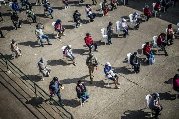 انتظار کارکنان بازاری در شهر لیما پرو برای انجام تست کرونا +عکس