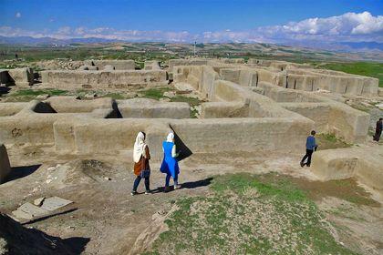 گردشگران در «تپه حسنلو» آذربایجان غربی +تصاویر