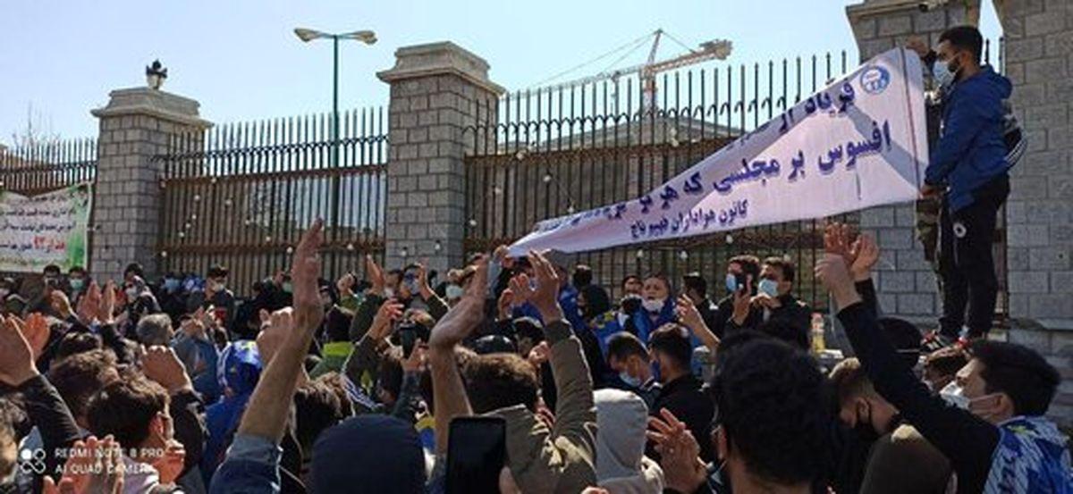 شعار استقلالیها علیه وزیر جوان +عکس