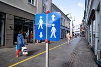 خط کشی خیابانهای شهر آلبورگ برای رعایت فاصلهگذاری اجتماعی
