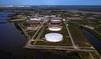 کاهش قیمت نفت به دنبال افزایش غافلگیر کننده ذخایر آمریکا/ بسته محرک بایدن از سقوط بیشتر جلوگیری کرد