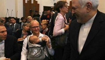 شیردادن یک محقق سوئدی در جریان دیدار با ظریف +عکس