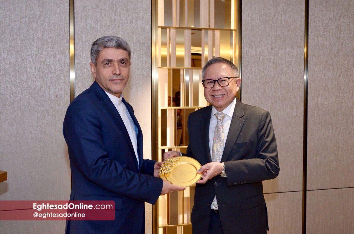 طیب نیا جایزه جهانی بنیاد لیکوانیو سنگاپور را دریافت کرد