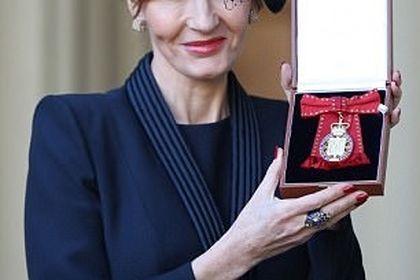 نشان افتخاری کاخ باکینگهام در دست خالق هری پاتر +عکس