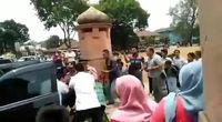 حمله با چاقو به وزیر امنیت اندونزی +فیلم