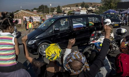 مراسم خاکسپاری مادر آفریقا