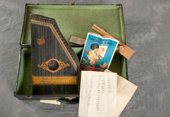 15عکس جالب از محتویات چمدان بیماران روانی در سال 1910