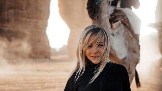 این دختر برنزه، به خاطر بن سلمان روی شنهای صحرای سعودی راه میرود!