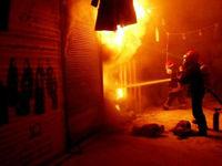 مهار شعله های آتش در ساختمان نیمه کاره