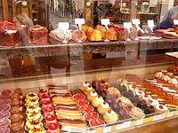 قیمت هر کیلوگرم شیرینی ۶٠هزار تومان است