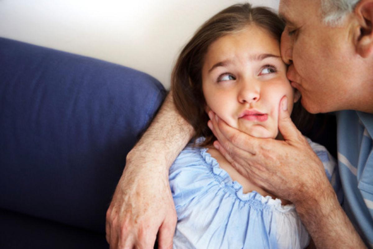 چرا مجبور کردن کودکان به بوسیدن دیگران کار اشتباهی است؟