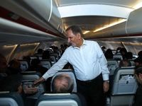 خوش و بش جهانگیری با مسافران در هواپیما +عکس