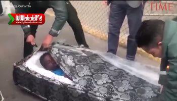 کشف دو سیاه پوست داخل تشک تختخواب در مرز اسپانیا +فیلم