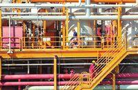 سکوی نفتی «بهرگانسر»؛  در تلاطم موج و نفت