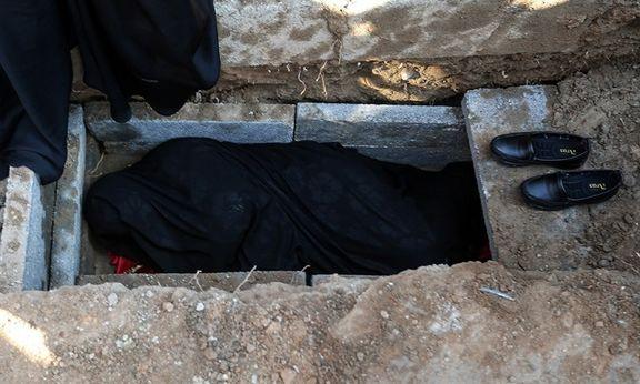 خوابیدن مادر شهید هادی طارمی در قبر پسرش +عکس