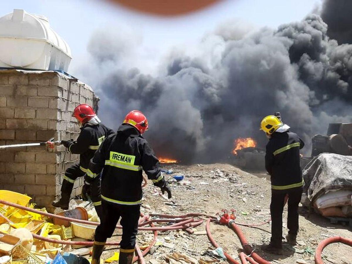 آتشسوزی گسترده در انبار ضایعات در اهواز