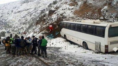برخورد اتوبوس مسافربری با کوه در گردنه برفی حیران