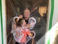 ابتکار آمریکاییها برای حل مشکل در آغوش کشیدن در کرونا +عکس