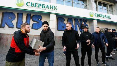 اختلال در فعالیت بزرگترین بانک روسیه در اوکراین +عکس!