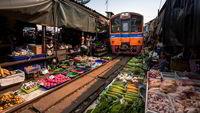 بازار محلی تایلند حول یک ریل قطار +فیلم