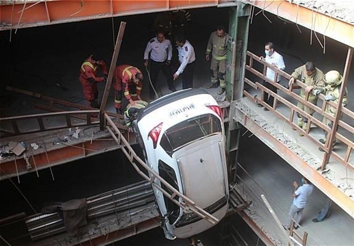 معلق ماندن عجیب یک خودرو در پارکینگ ۱۷ طبقه +عکس