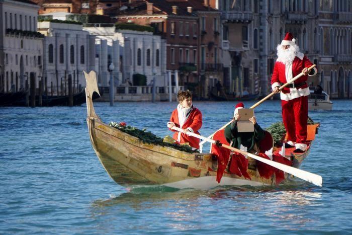 قایقسواری بابانوئلها در ونیز ایتالیا
