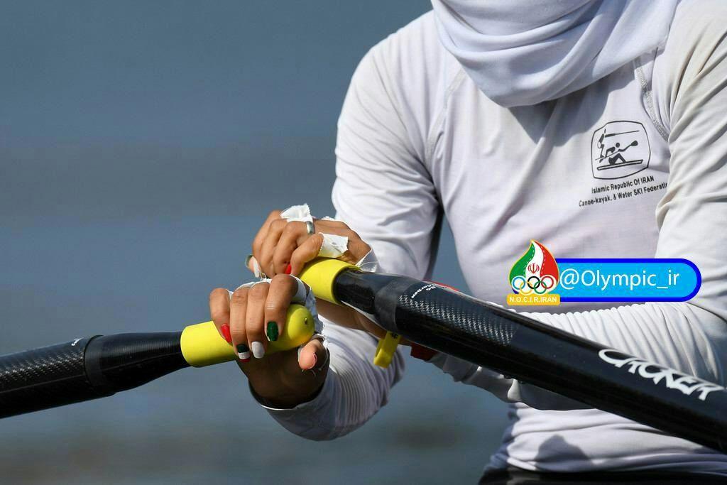 پرچم ایران روی دست دختر قایقرانی
