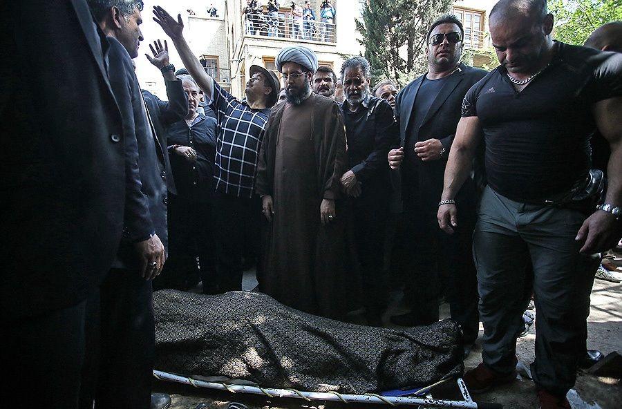 چه کسی بر پیکر ناصر ملک مطیعی نماز خواند؟ عکس