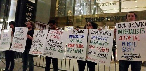 تجمع معترضان به تجاوز نظامی در مقابل برج ترامپ