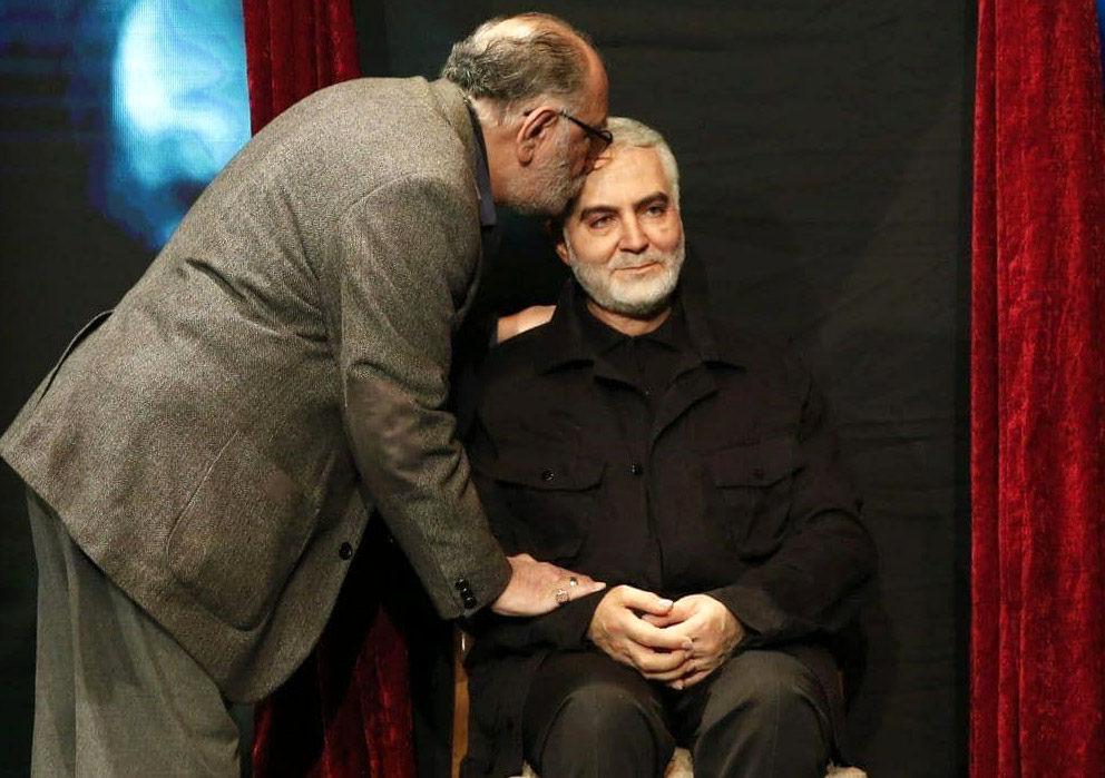 بوسه داریوش ارجمند بر تندیس سردار سلیمانی
