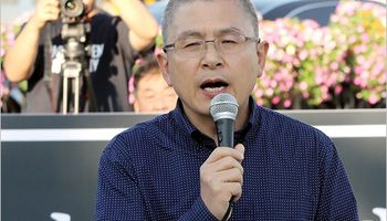 رهبر مخالف کره موهای خود را در اعتراض به وزیر دادگستری تراشید +تصاویر