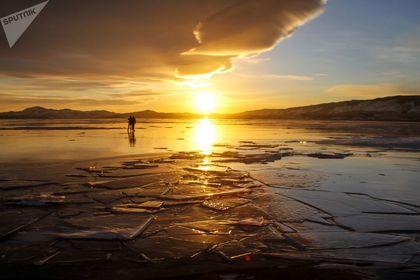 یخ زدن دریاچه ۲۵ میلیون ساله +تصاویر