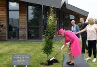 نهالکاری ملکه 93ساله انگلیس! +تصاویر