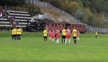 عبور قطار از ورزشگاه فوتبال! +عکس
